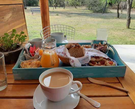 Desayuno casero servido en la cabaña